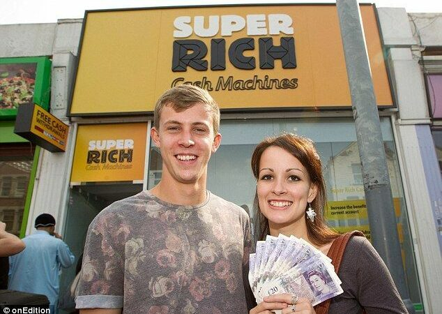 Quem quer dinheiro?! Em Londres, máquina distribui dinheiro aos usuários