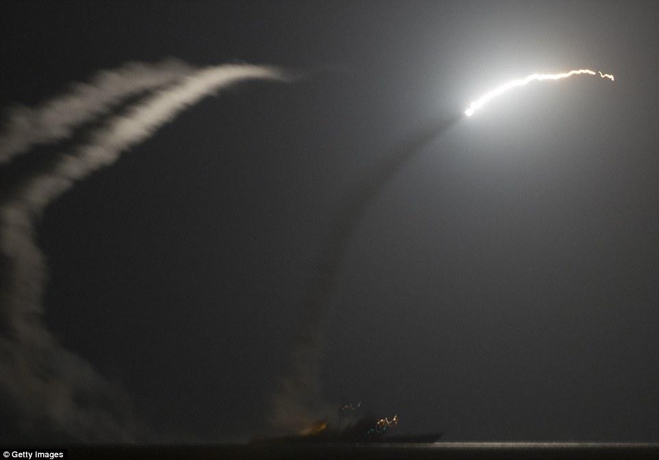 """Militares dos EUA divulgam vídeo do ataque ao """"EI"""", na Síria"""