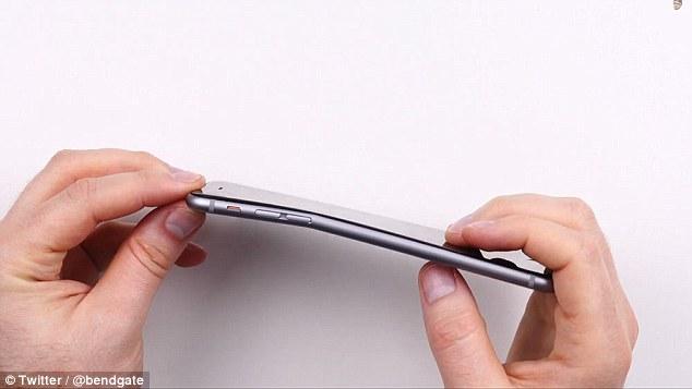 Apple admite que o novo iPhone 6 se dobra, mas diz que é 'extremamente raro'