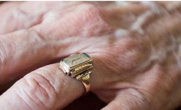 Mulher encontra anel de formatura perdido há 60 anos