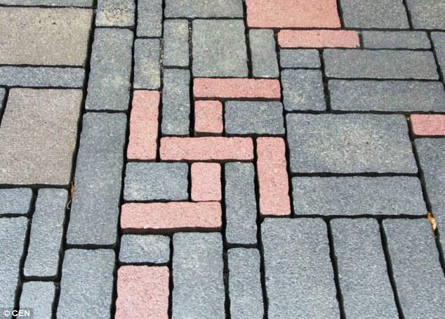 Na Alemanha, empresa instala tijolos em forma de suástica e revolta moradores
