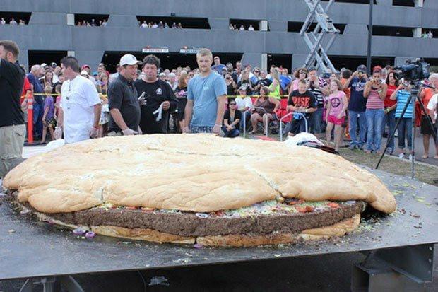 Com 914 quilos, hambúrguer entra para o livro dos recordes