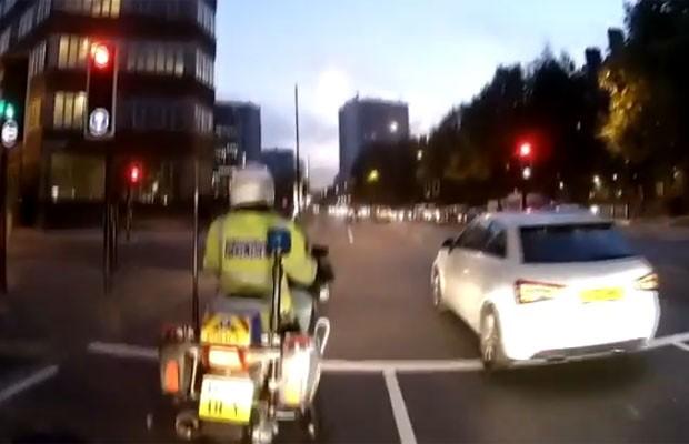 Motorista não percebe policial ao lado e ultrapassa sinal vermelho