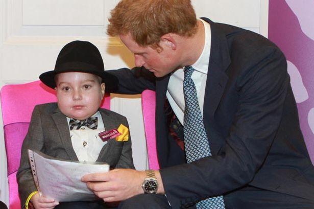 Menino com câncer que recebeu prêmio do príncipe Harry por sua bravura morre aos sete anos