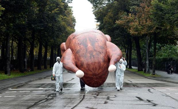 Grupo protesta com frango gigante na Alemanha