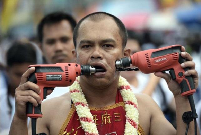 Moradores furam as bochechas e assustam turistas na Tailândia