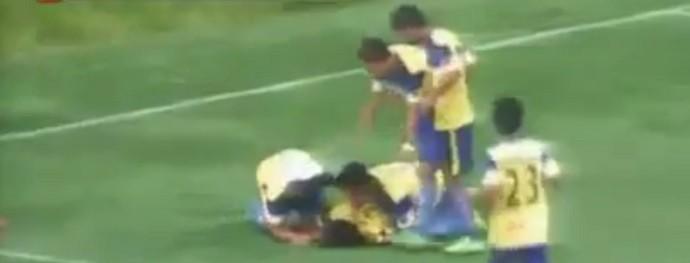 Após errar salto, jogador morre ao comemorar gol