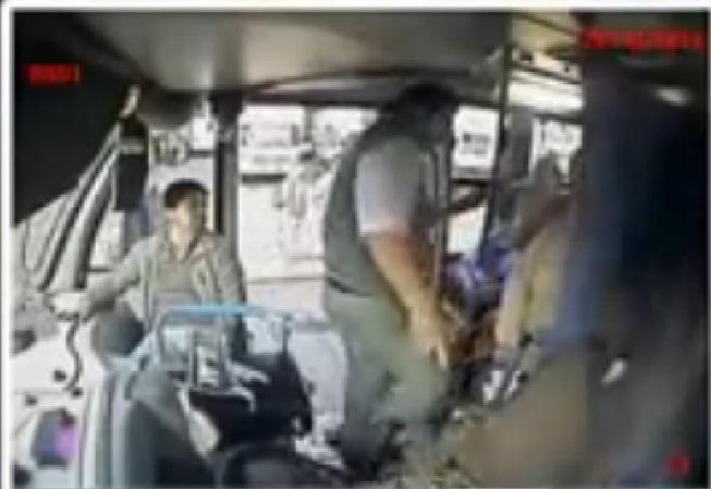 Lição de educação: Motorista de ônibus cede lugar para mulher com crianças