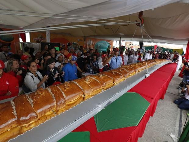 Padeiros venezuelanos tentam seu lugar no 'Livro dos Recordes' com o maior pão de presunto do mundo