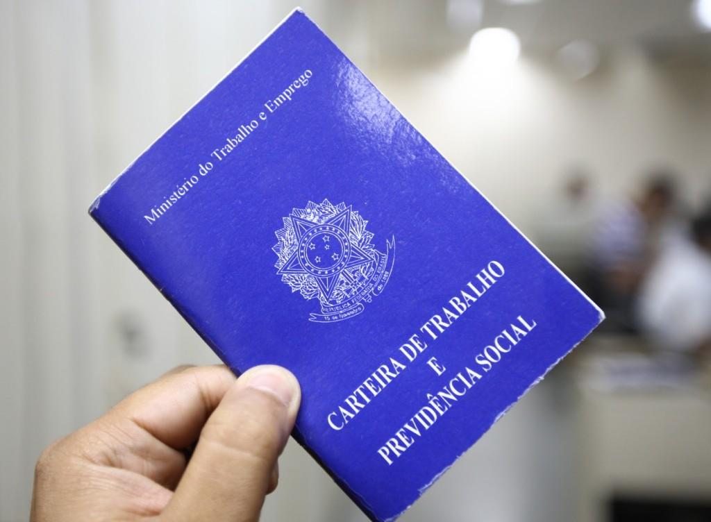 Brasil fecha 169 mil postos de trabalho com carteira assinada em outubro