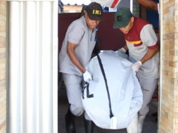 O corpo de Edvania Florinda de Assis, de 32 anos, é levado por socorristas.