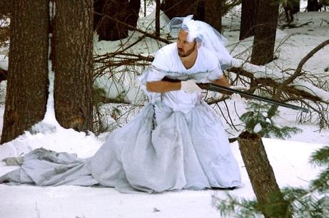 Marido encontra 101 usos inusitados para vestido de noiva após ex-mulher o trocar por outro