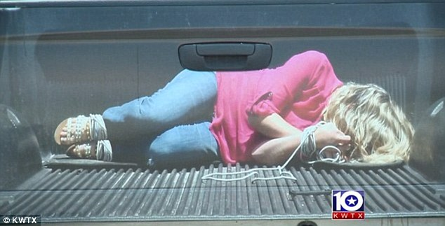 """Caminhonete com adesivo de """"mulher sequestrada"""" chama atenção da polícia"""