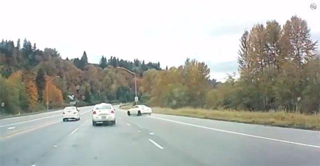 Motorista sai ileso após seu carro girar por cinco pistas