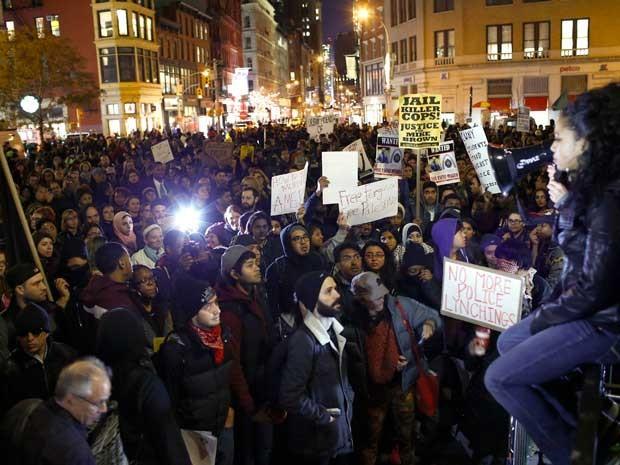 Segundo dia de protestos nos EUA por caso de Ferguson termina com confrontos e pessoas detidas
