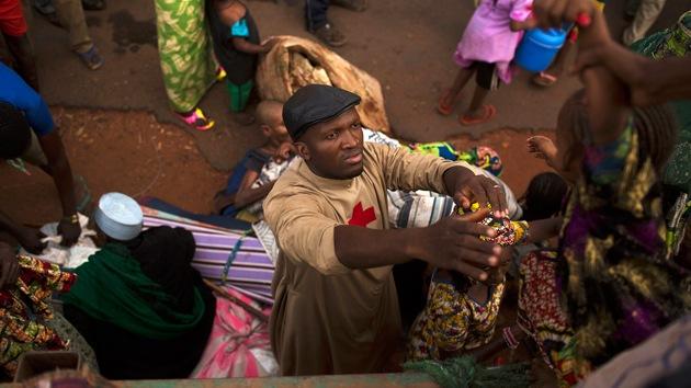 Padre recebe prêmio após salvar a vida de centenas de muçulmanos