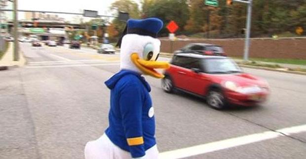 """""""Pato Donald"""" ganha destaque por aplicar multas de trânsito em cidade dos EUA"""