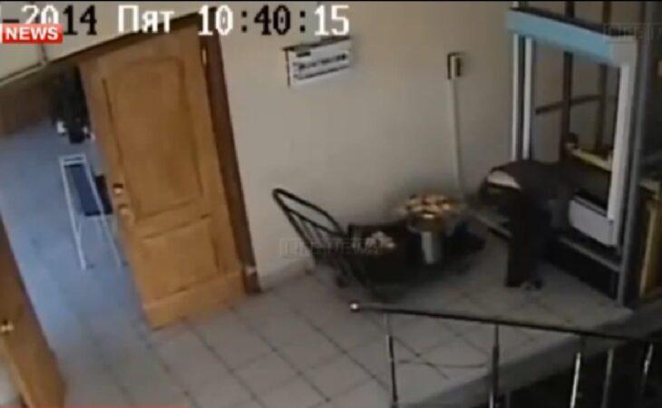 Rússia: Mulher fica com cabeça presa em elevador de carga