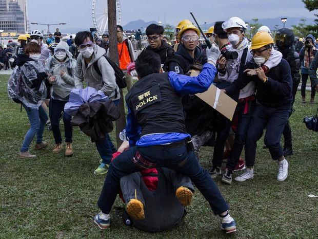 Novo confronto entre manifestantes e policiais acaba com 40 detidos em Hong Kong