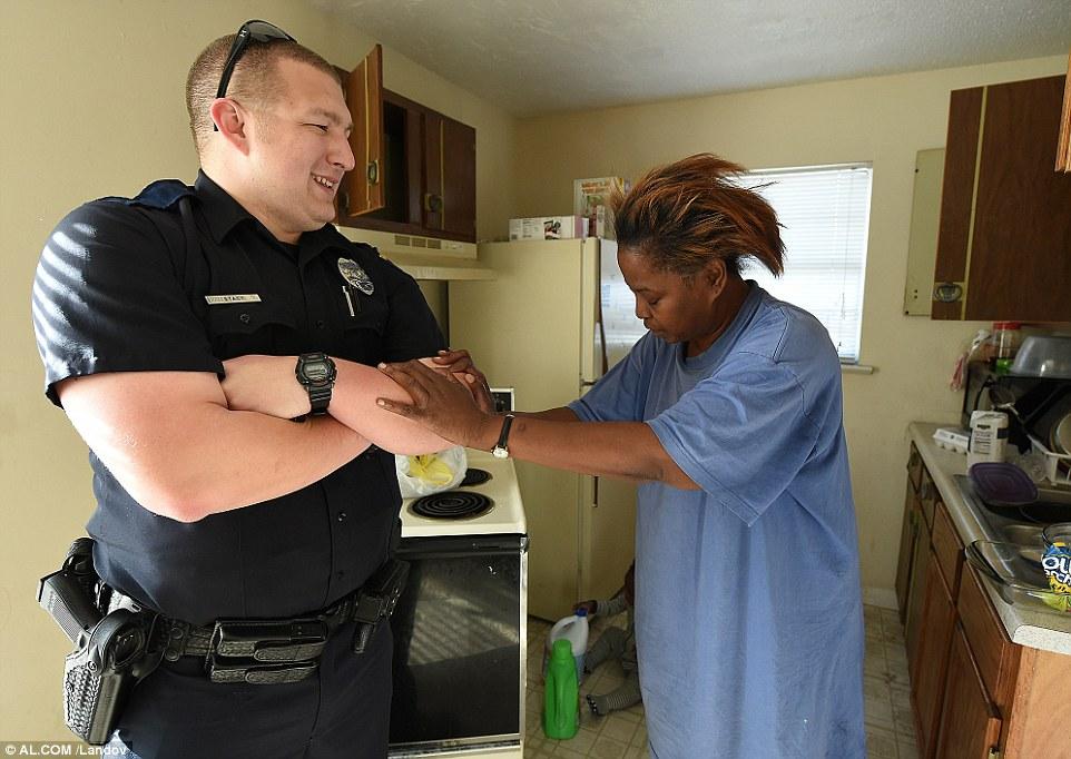 Policial se recusa a prender mulher que 'roubou' comida para os filhos