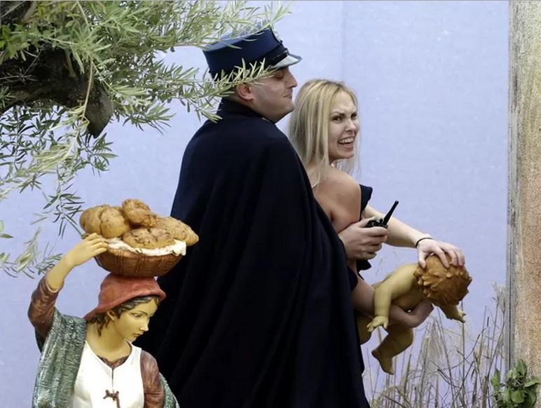 Ativista do Femen tira estátua do 'Menino Jesus' do presépio no Vaticano