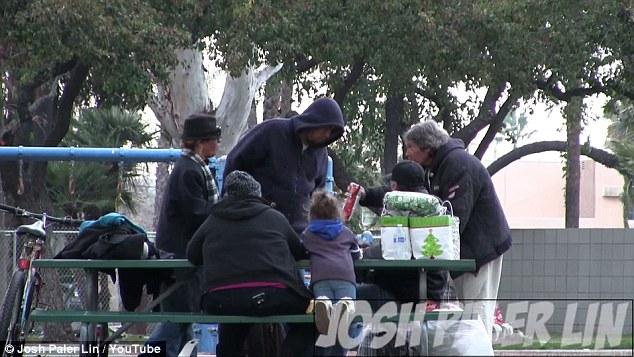 Mendigo é presenteado com 270 reais e gasta o dinheiro comprando comida para outros moradores de rua