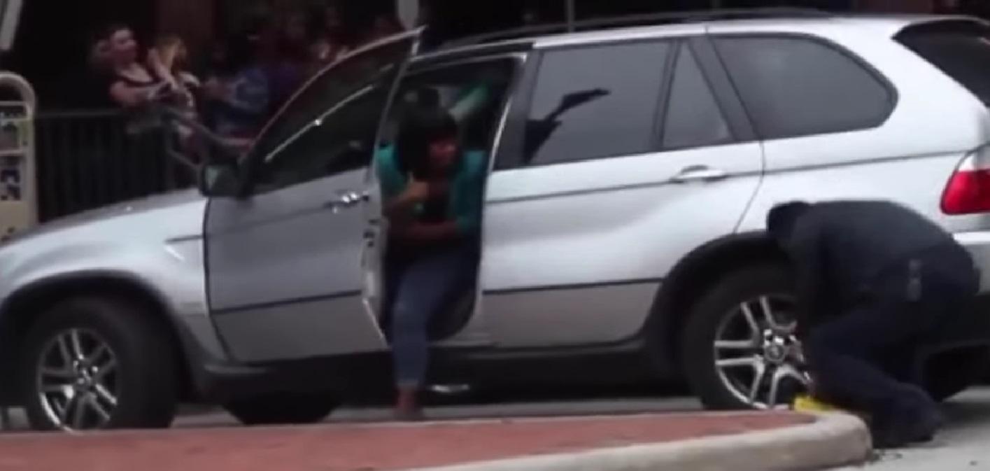 Em BMW, mulher quebra stocks imobilizadores da polícia e escapa