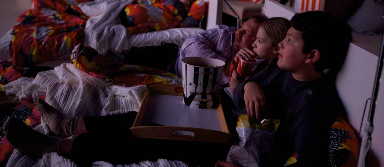 Empresa sueca troca as poltronas de sala de cinema por camas de casal