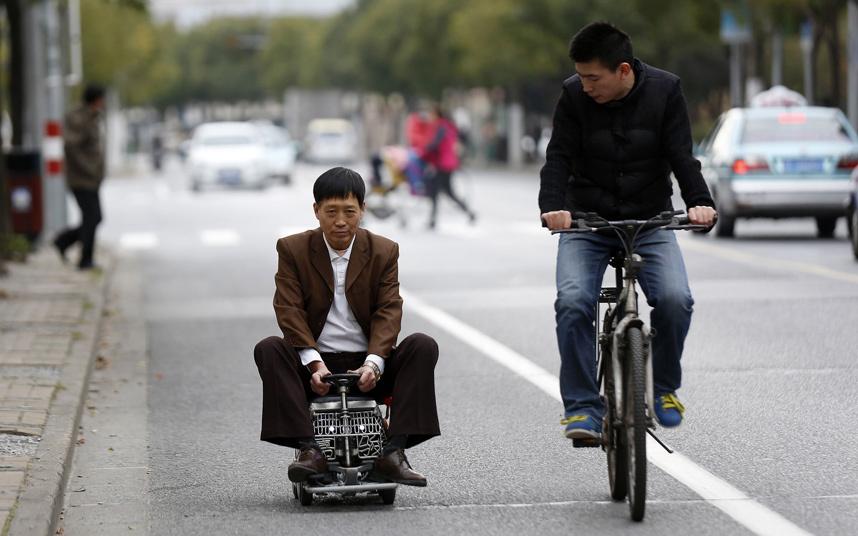 Chinês inventa um dos menores automóveis do mundo com somente R$ 600