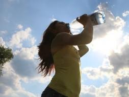 Mulher faz experimento para comprovar que água rejuvenesce