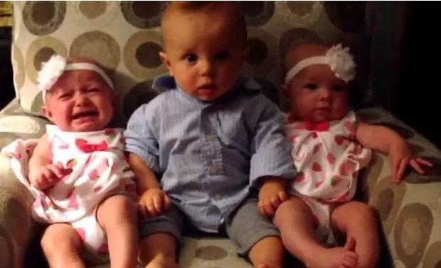 Garotinho fica confuso ao ver bebês gêmeas pela primeira vez