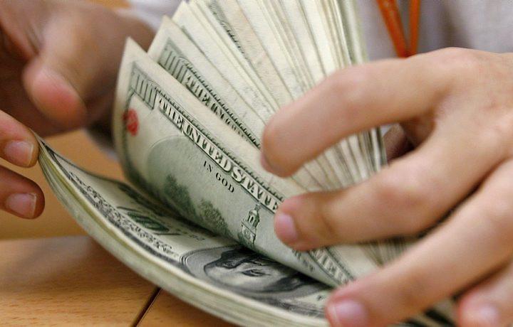 Dólar fecha em queda depois de aumento da atuação do Banco Central