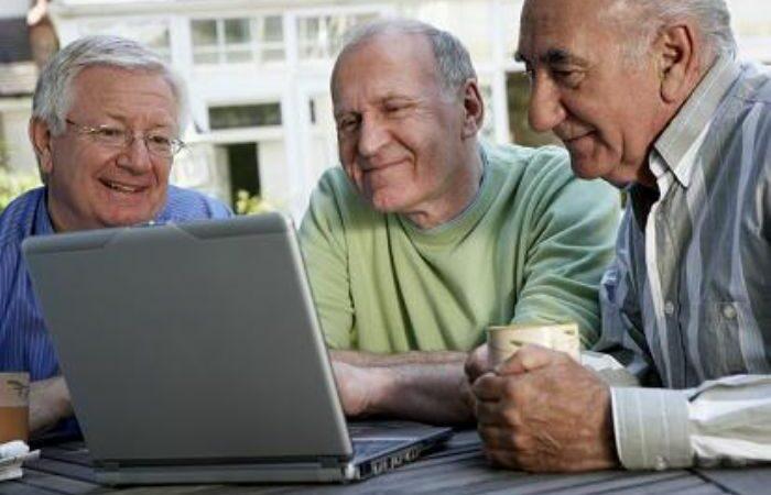 Estudo revela que os idosos devem usar as redes sociais para prevenir o declínio da saúde