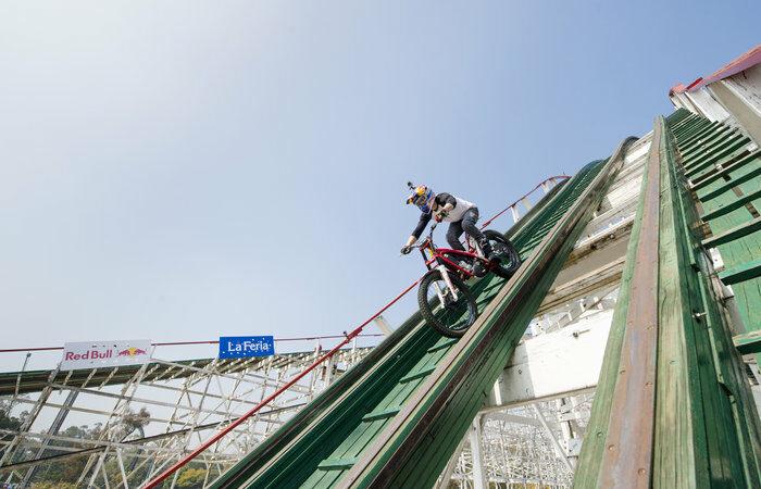 Piloto atravessa de moto uma das montanhas-russas mais assustadoras do mundo