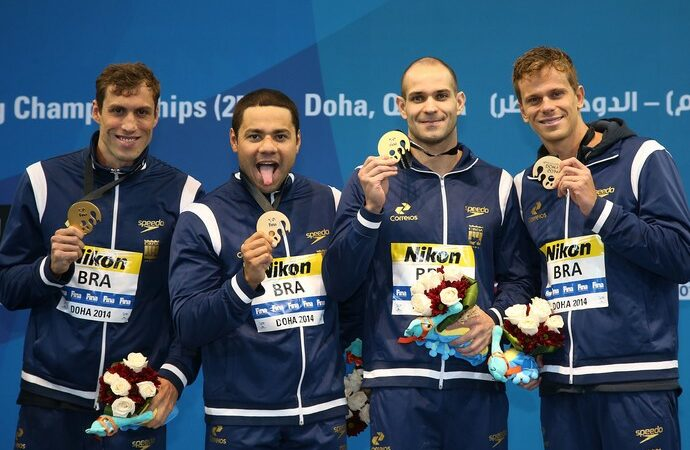 Revezamento 4×50 medley do Brasil ganha medalha de ouro e bate recorde mundia em Doha, no Catar
