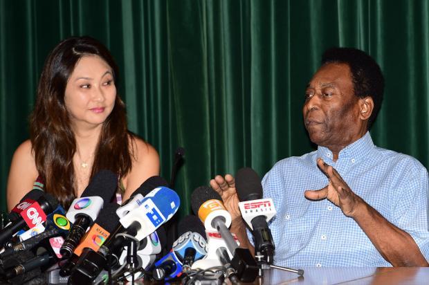 Pelé recebe alta e concede entrevista a imprensa