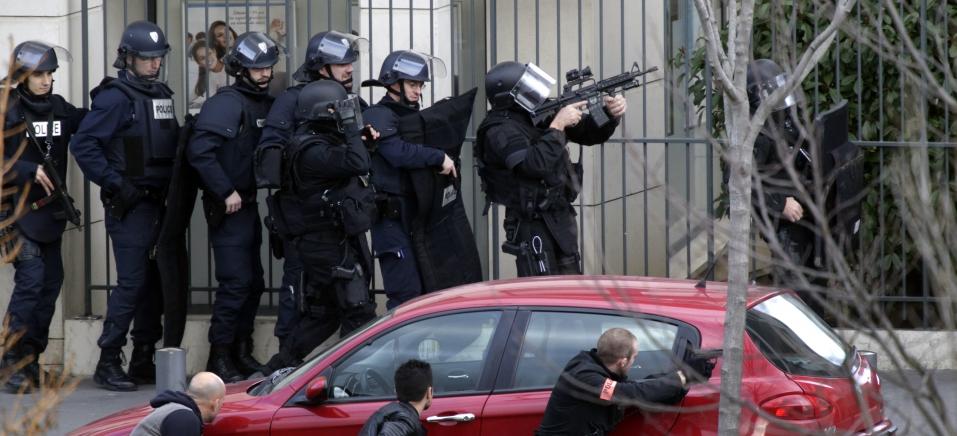 Homem que mantinha reféns em agência de correios na França, se entrega à polícia