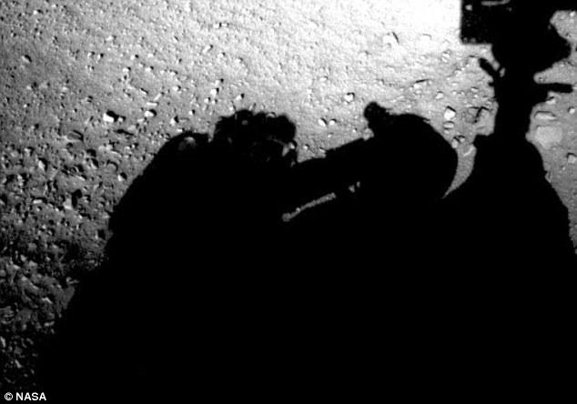 """Vida em Marte? Nova foto da NASA mostra figura semelhante a um humano """"consertando"""" uma sonda"""
