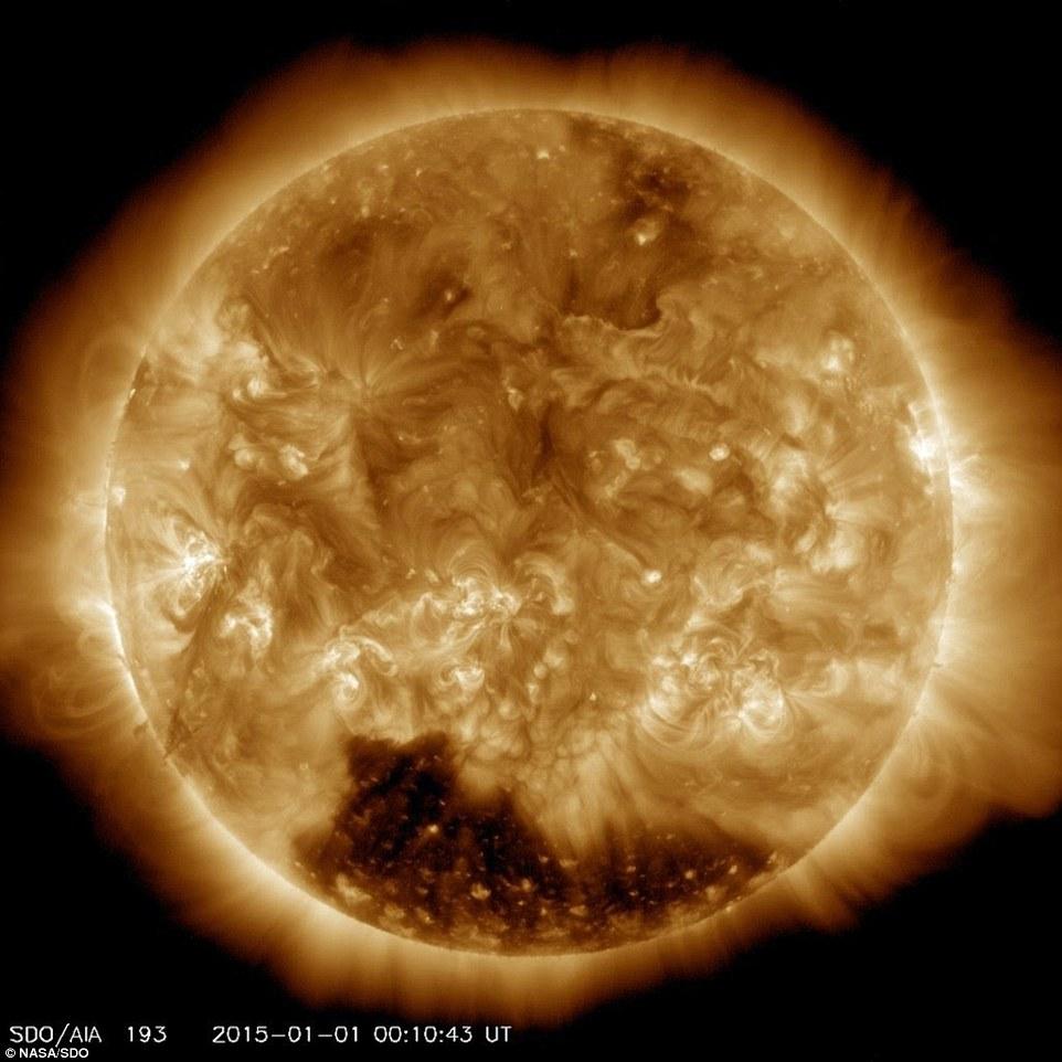 """Nasa revela enorme """"buraco coronal"""" na superfície solar onde os ventos ultrapassam os 800 km por segundo"""