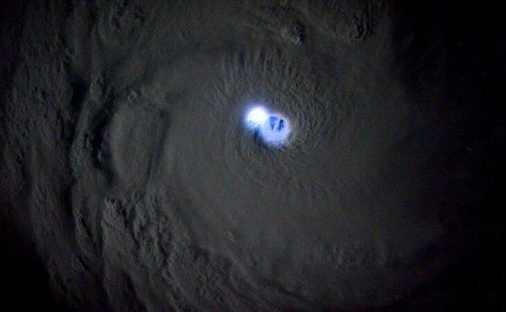 Imagens impressionantes do espaço mostra relâmpago no centro do ciclone tropical Bansi
