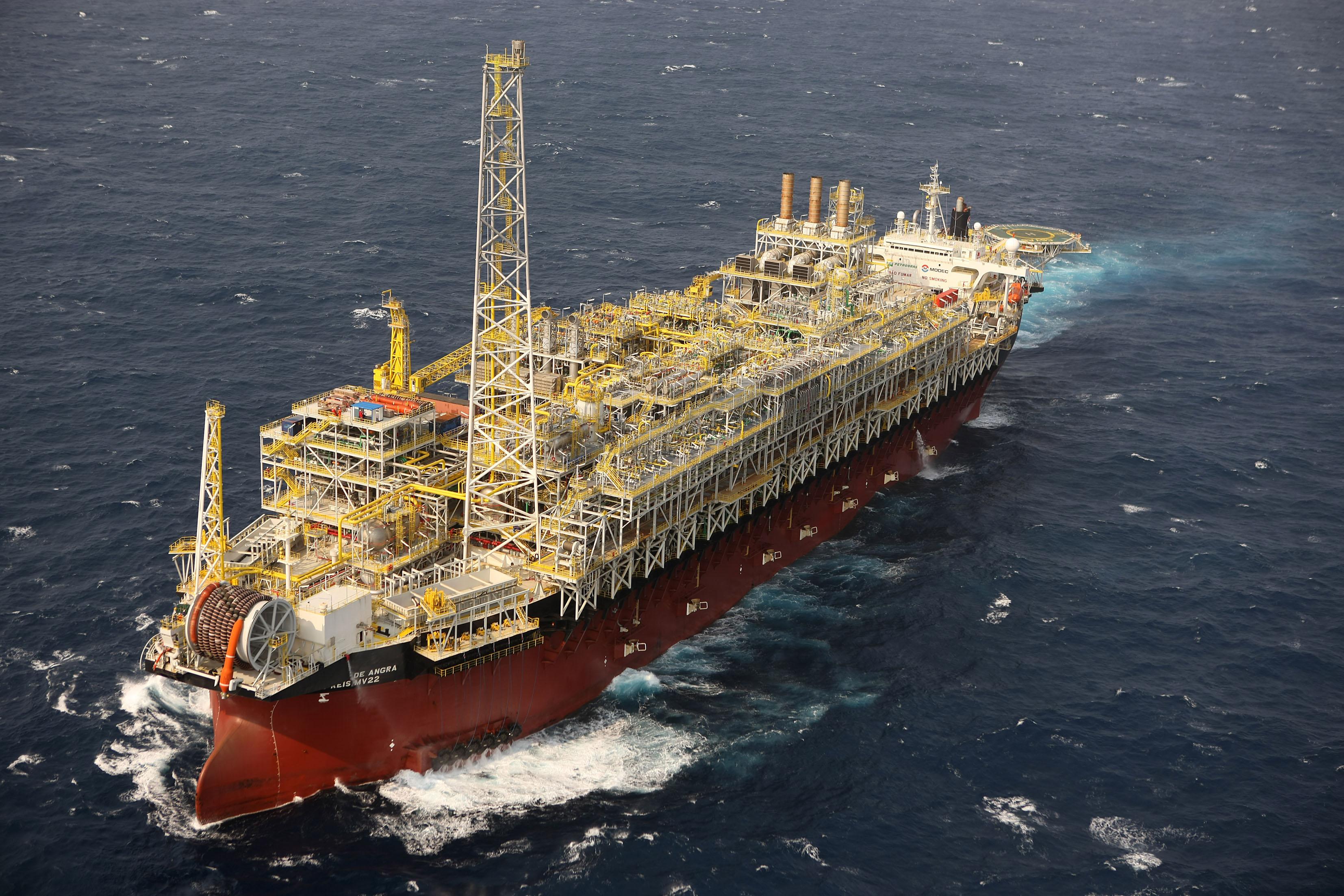 Sobe para cinco o número de mortos em explosão de navio-plataforma da Petrobras
