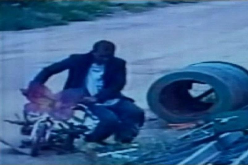 Homem assalta ferro-velho e usa bicicleta infantil na fuga