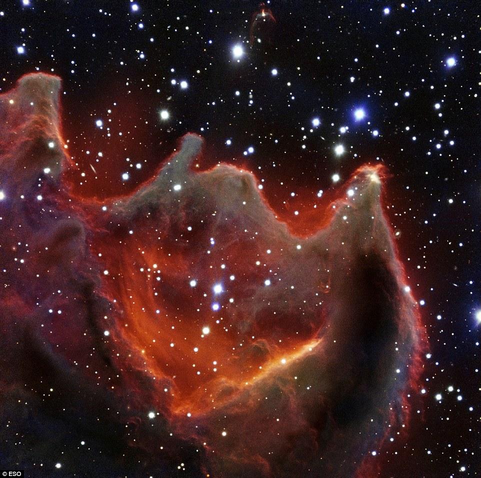 """""""Mão de Deus"""" no espaço: Telescópio no Chile capta misterioso espetáculo há 1.300 anos-luz de distância"""