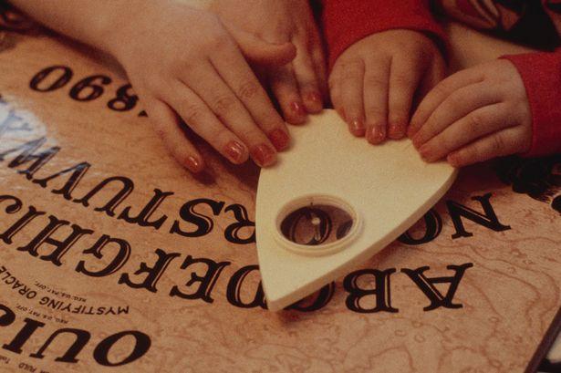 Mãe e filha ficam gravemente feridas em incêndio 'após sessão de tabuleiro Ouija prever morte'