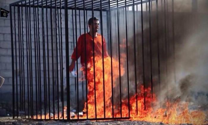 Estado Islâmico publica vídeo que mostra piloto jordaniano sendo queimado vivo