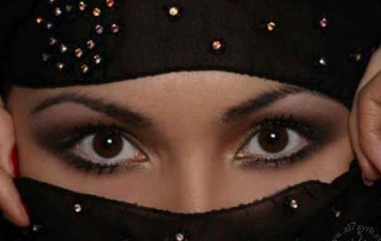 """Nova lei na Arábia Saudita proíbe mulheres de terem """"olhos tentadores"""" e exige o uso de roupa no rosto"""