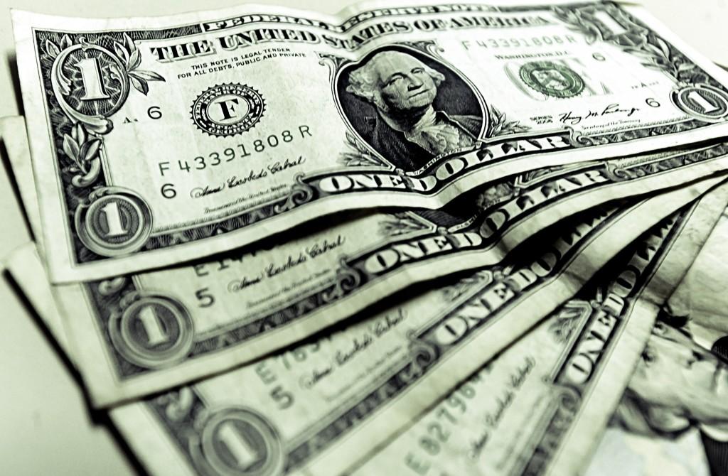 Dólar fecha no menor nível em quase um mês