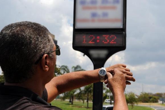 Ministro diz que horário de verão economiza energia e será mantido pelo governo