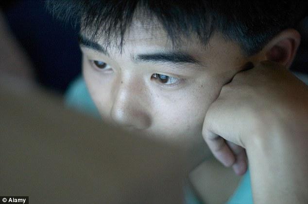 Para curar vício em internet, adolescente chinês corta a própria mão