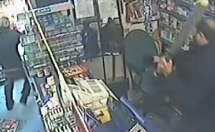 Vendedor impede assalto à mão armada com um taco de beisebol